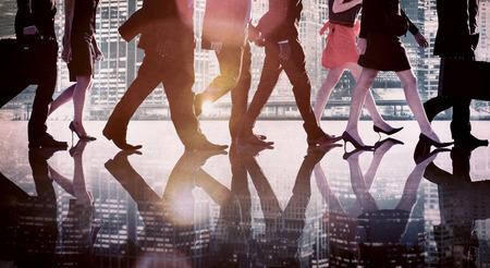 personas caminando: Hombres de negocios de colaboraci�n en equipo Trabajo en equipo Concepto Profesional