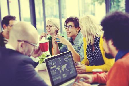 reflexionando: Gente de negocios Reuni�n Seminario Compartiendo Hablar Concepto Pensamiento Foto de archivo