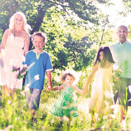 holding hands: Familie mit H�nden zusammen spazieren Konzept