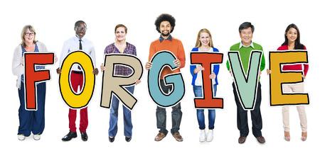 to forgive: Grupo de personas de pie Holding Perdona Carta Foto de archivo
