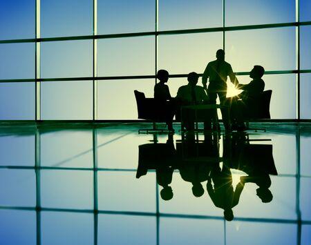 silueta humana: Equipo Negocios Discusi�n Reuni�n Comunicaci�n Concepto