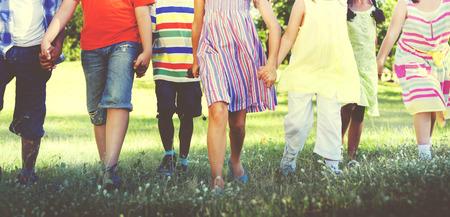 Diverse Kinder Freundschaft Draußen spielen Konzept Standard-Bild - 46598984