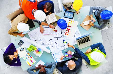 arquitecto: Los arquitectos y dise�adores que trabajan en el concepto de oficina Foto de archivo