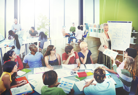 profesor: Estudiantes diversos de aprendizaje del profesor Foto de archivo