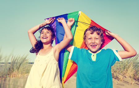 papalote: Niños que juegan Felicidad Kite Alegre Concepto Summer Beach