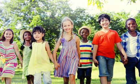 Различные дети дружба играть на открытом воздухе Концепция