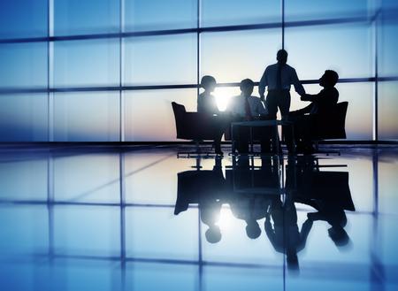 liderazgo empresarial: Gente de negocios Reunión de Discusión Comunicación Concepto
