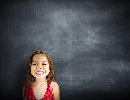 blackboard: Niña Felicidad Sonreír Espacio Pizarra Concepto