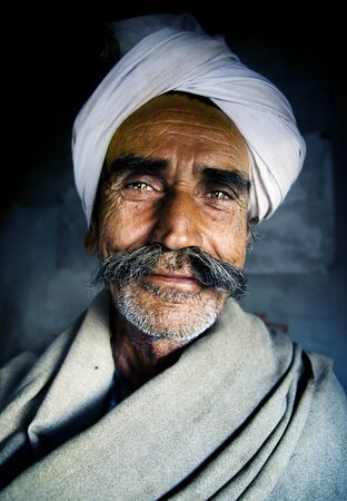 poor man: Ind�gena hombre mayor indio En cuanto a la c�mara Concept Foto de archivo