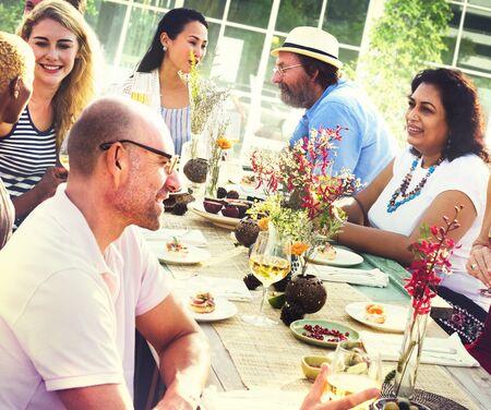 grupo de hombres: Diverse Gente Almuerzo Concepto de Alimentos de Verano