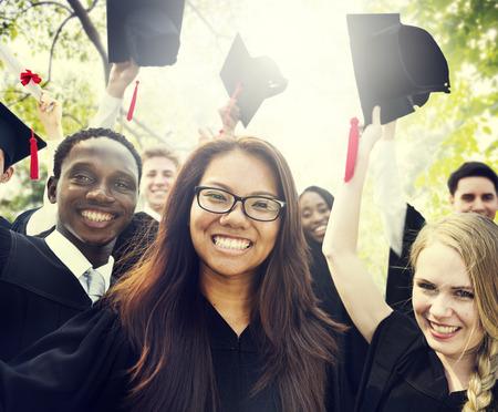 toga y birrete: Diversidad Los estudiantes de graduación Celebración Éxito Concepto