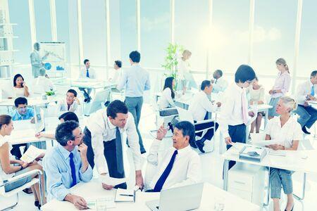 personas trabajando: Grupo de la Oficina Gente de negocios de Trabajo Concepto Reunión