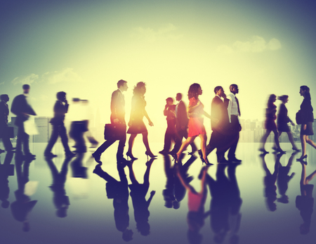 menschen unterwegs: Geschäftsleute Pendler Stadtansicht Gehen Konzept