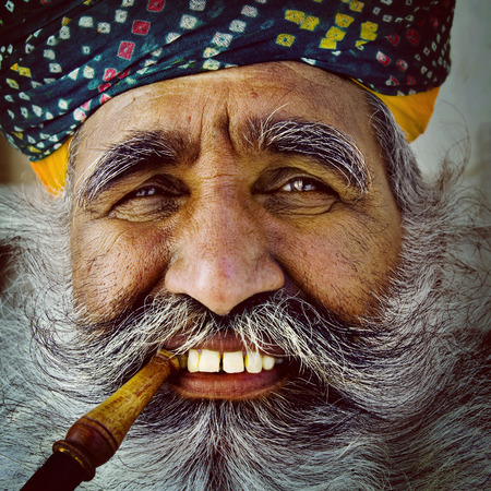 granjero: Indígena hombre mayor indio En cuanto a la cámara Concept Foto de archivo