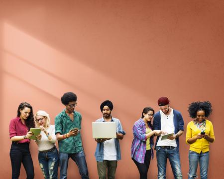 personas platicando: Estudiantes de Educaci�n Aprendizaje de Tecnolog�a Social Media Foto de archivo