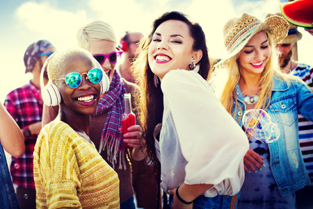 Beach Party Zusammenhalt Freundschaft Glücklichsein Sommerkonzept Standard-Bild - 46747081