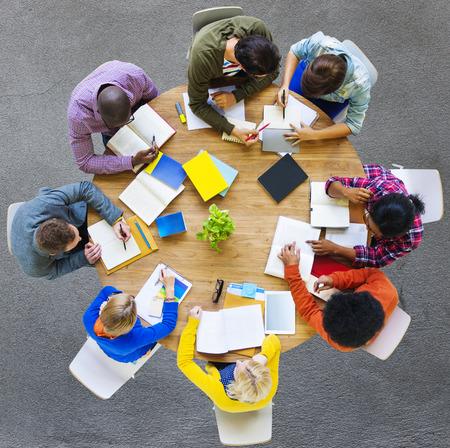 alumnos estudiando: Estudiar Educaci�n Estudiantes de Aprendizaje Concepto Foto de archivo