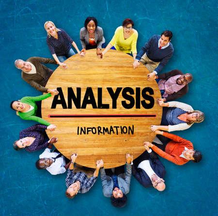 manos sosteniendo: Analysis Analytics Bar graph Chart Data Information Concept Foto de archivo