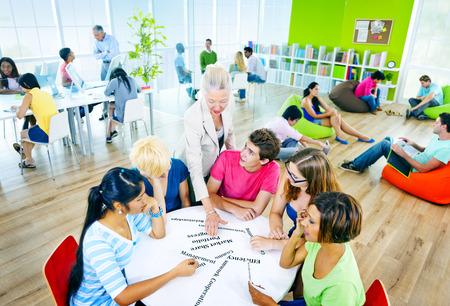 estudiando: Docente Universitario Estudiando concepto de la escuela
