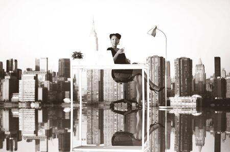 mobiliario de oficina: Empresaria al aire libre Trabajo Coffee Break Concept Foto de archivo