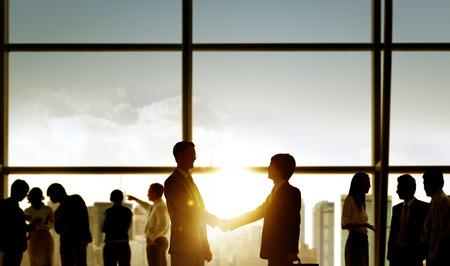 negociacion: Los hombres de negocios apret�n de manos de negocio del reparto Compromiso Concepto