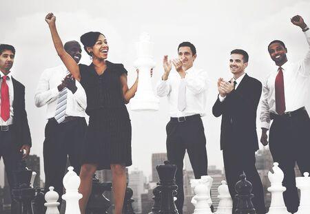 puesto de trabajo: Business People Celebración Ganar Juego de ajedrez Concepto Foto de archivo