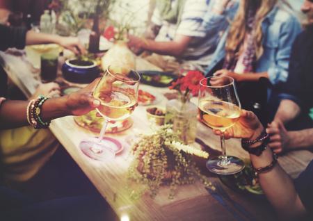 junge nackte frau: Strand Beifall Feiern Freundschaft Summer Fun Dinner Konzept