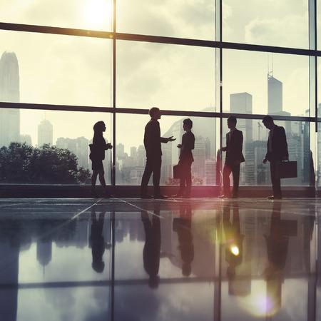 personas caminando: Negocios Oficina de Comunicaci�n Popular City Concepto Foto de archivo