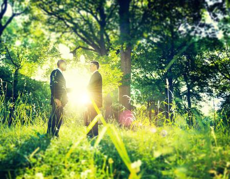 medio ambiente: Hombres de negocios del apretón de manos de Medio Ambiente Trato Concepto