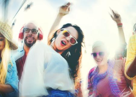 友情接合ビーチ幸せうれしそうなコンセプトのダンス 写真素材