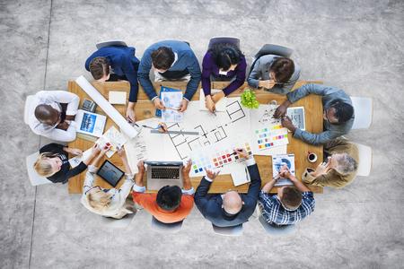 lluvia de ideas: Gente de negocios equipo de dise�o de Lluvia Reuni�n Concepto