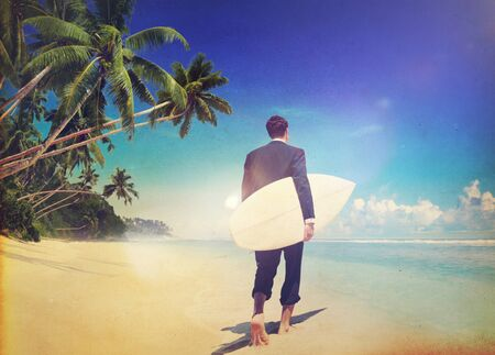 hombre de negocios: Empresario relajante Beach Holiday Surf Travel Concept