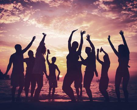 baile afro: Joven adulto Partido de la playa del verano Concepto Bailar Foto de archivo