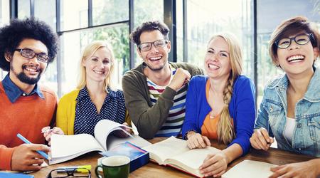 biblioteca: Grupo multiétnico de personas que trabajan juntas Concepto