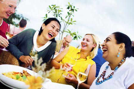 diversidad: La gente diversa almuerzo al aire libre Salir Concept Foto de archivo