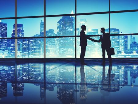 stretta di mano: Gli uomini d'affari della stretta di mano di saluto offerta impresa Concetto