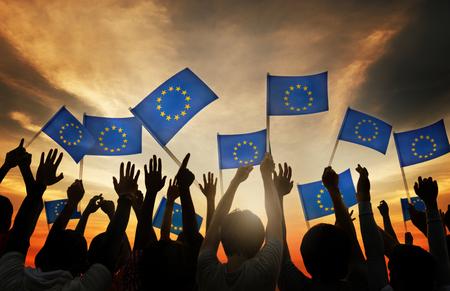 Groep Mensen Golvende Vlaggen van de Europese Unie in Tegenlicht