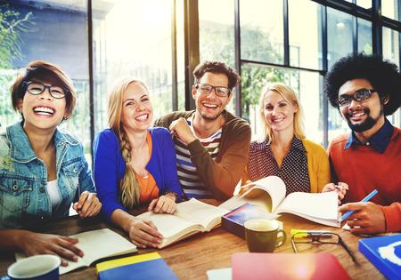 vysoká škola: Multi-etnická skupina lidí pracujících společně Concept Reklamní fotografie