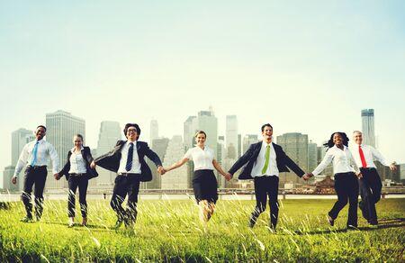 Hommes d'affaires tenant la main extérieur Concept Banque d'images