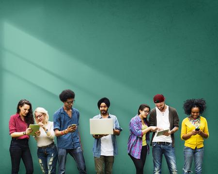 hablando por celular: Estudiantes de Educación Aprendizaje de Tecnología Social Media Foto de archivo