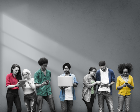 jovenes estudiantes: Estudiantes de Educaci�n Aprendizaje de Tecnolog�a Social Media Foto de archivo
