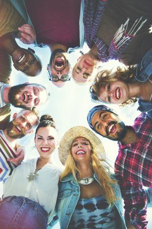 amicizia: Amici huddle Iscriviti partito di festa Gruppo Concetto