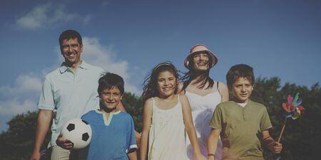 familia pic nic: Family Park Disfrute de la comida campestre del verano Padres Concepto Ni�o