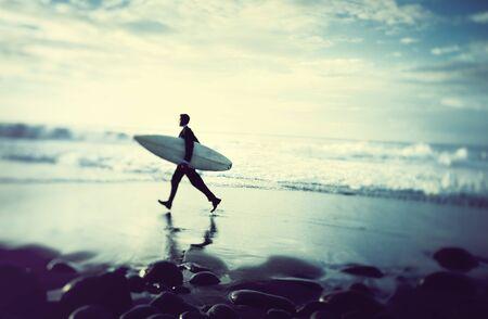 hombre de negocios: Empresario solitario por la playa con tabla de surf