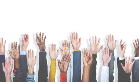 manos levantadas: Grupo de manos diversas multiétnicos Criado Concepto Foto de archivo