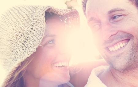 parejas romanticas: Un par de relax en el concepto romántico amor playa