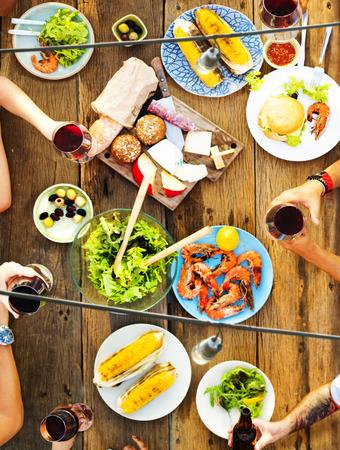 comiendo: Amigos Amistad cenar al aire libre Concepto