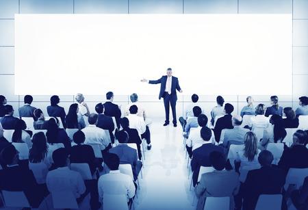 Diverse Affärsmän Conference Speaker Concept
