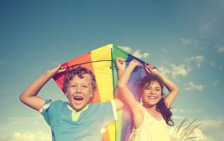 amicizia: Allegro Bambini che giocano Ambientazione esterna Aquilone concetto di amicizia