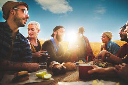 diversidad: Diversos Gente Amigos que cuelgan hacia fuera Felicidad